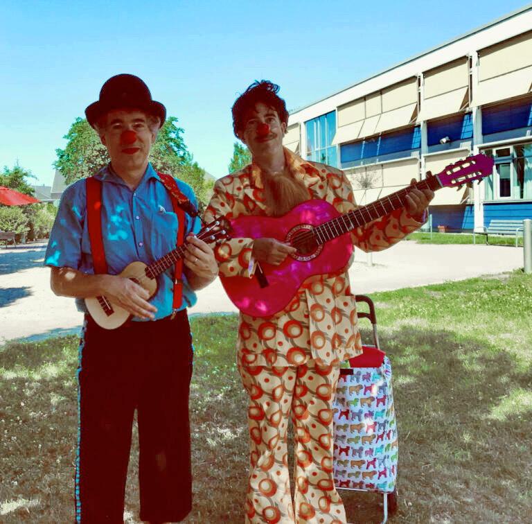 Pauso und Anton auf dem Pausenhofder L. Guttmann Schule in Kronau