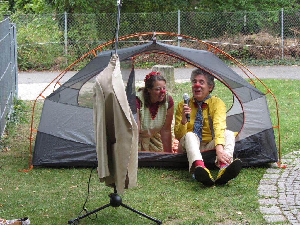 Anton und Fluse beim Zeltaufbau