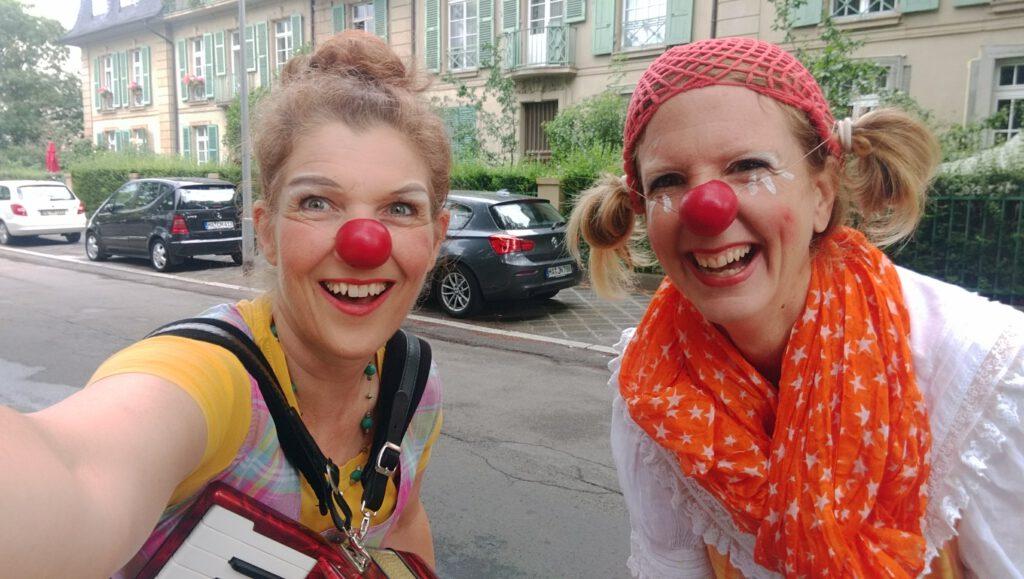Cannelloni und Prösenübel auf dem Weg zu ihrer Gartentor-Clownvisite