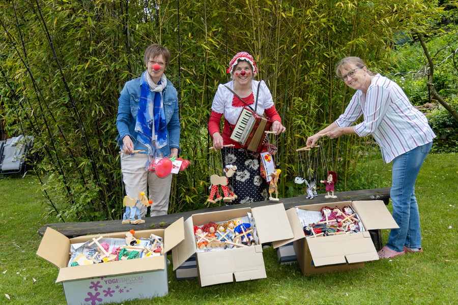 Die drei beteiligten Frauen und die 140 Marionetten bei der Übergabe im Garten (Foto:privat)
