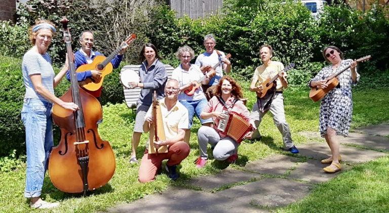 Acht Clowns erweitern ihr musikalisches Repertoire (Foto: privat)