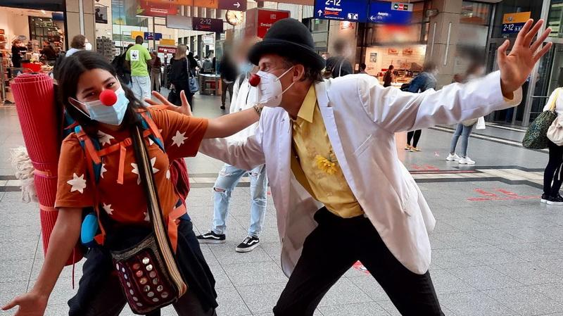 Clownsaktion im Bahnhof Mannheim (Bild: xundlachen)